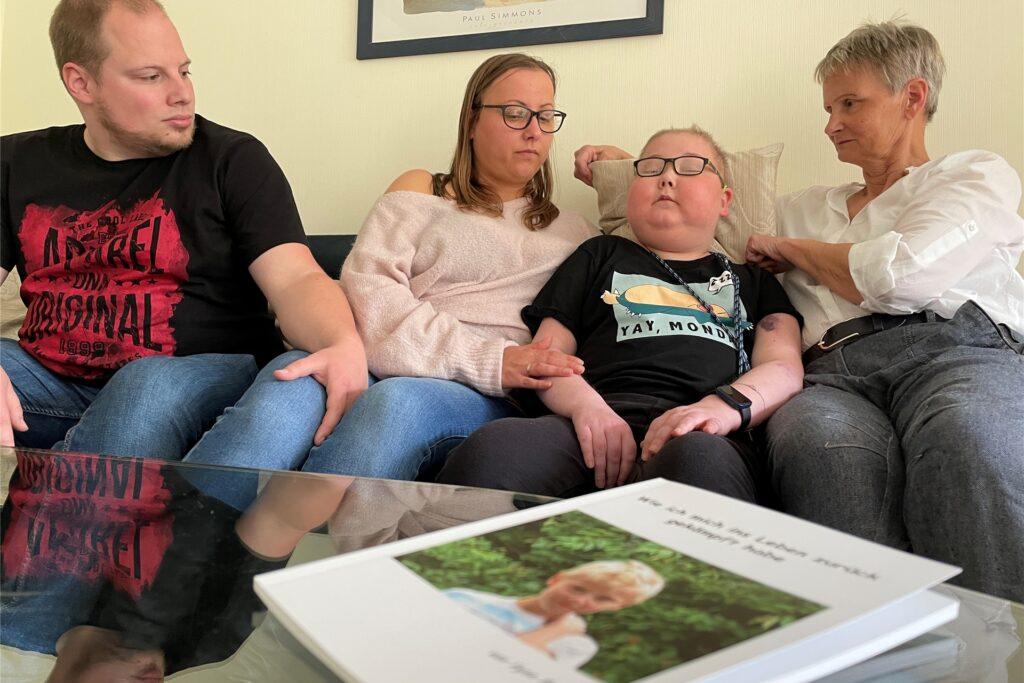 Simon Schröder, Stiefvater von Fynn und Vater seines Halbbruders Lian, half Fynn beim Layouten des Buches mit den vielen Fotos aus seinem Kampf gegen den Krebs.