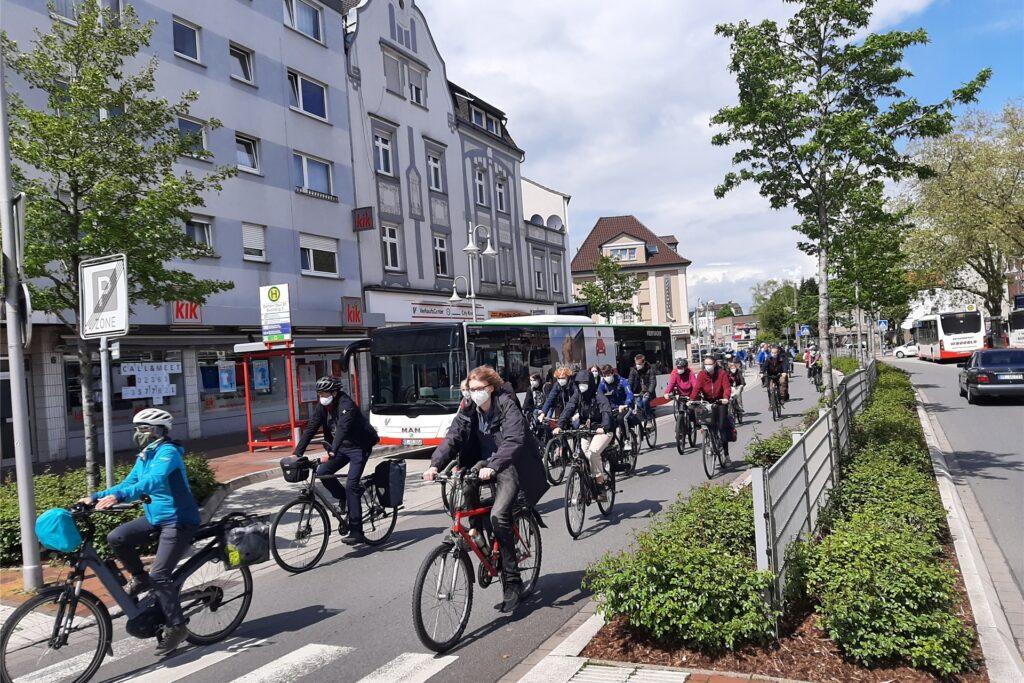 Am Dattelner Neumarkt machten sich die rund 70 Demo-Teilnehmer mit dem Fahrrad auf zum Kraftwerk.