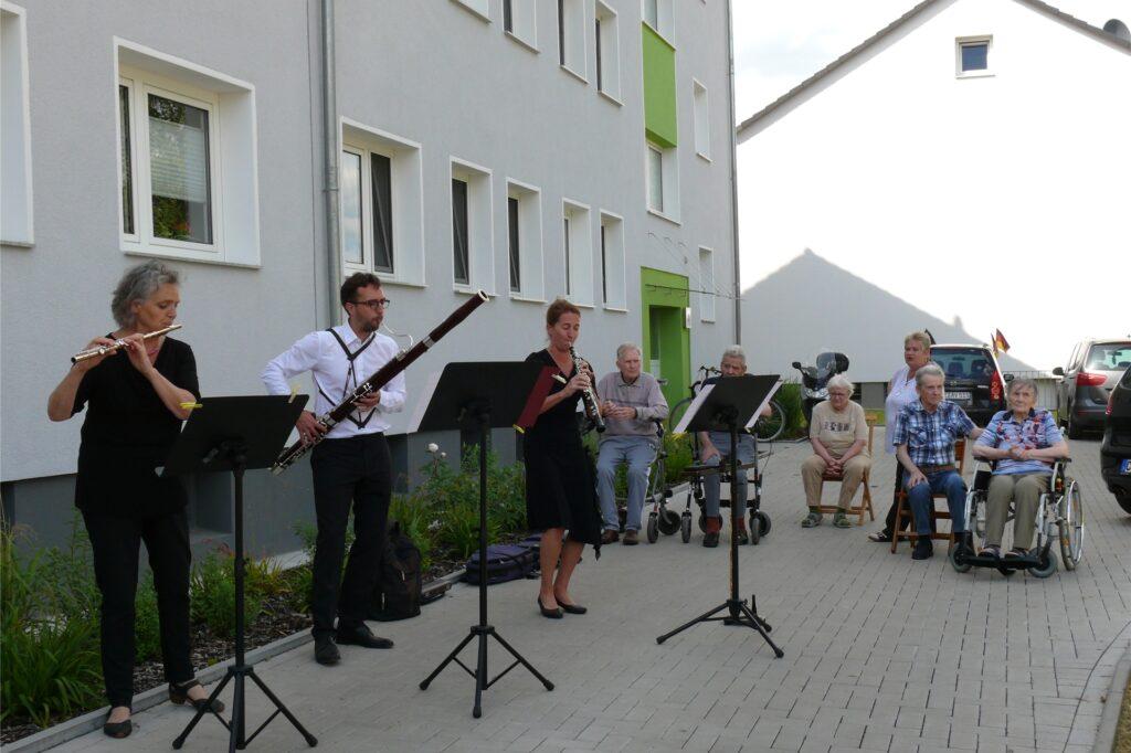 Auch die Bewohner des Ida-Noll-Seniorenzentrums genossen die Live-Musik vor der Haustür.
