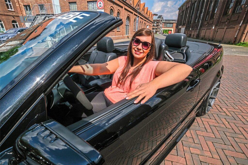 Auto und Fahrerin passen perfekt zusammen: Sarah Amend in ihrem BMW Cabrio.