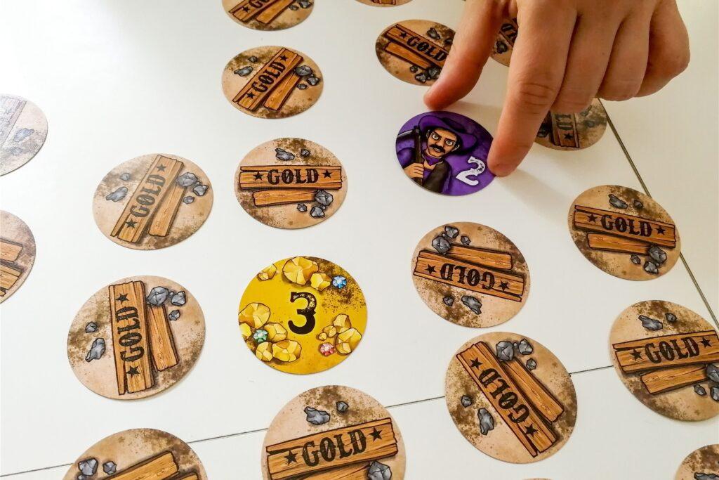 Das Spiel «Gold» wandelt Memory unterhaltsam ab - allerdings mit mehr Glücks- und Ärgerfaktor. Thematisch ist es in der Goldgräberzeit angesiedelt. Doch Goldmünzen sammeln kann nur der, der einen eigenen Goldgräber aufdeckt.