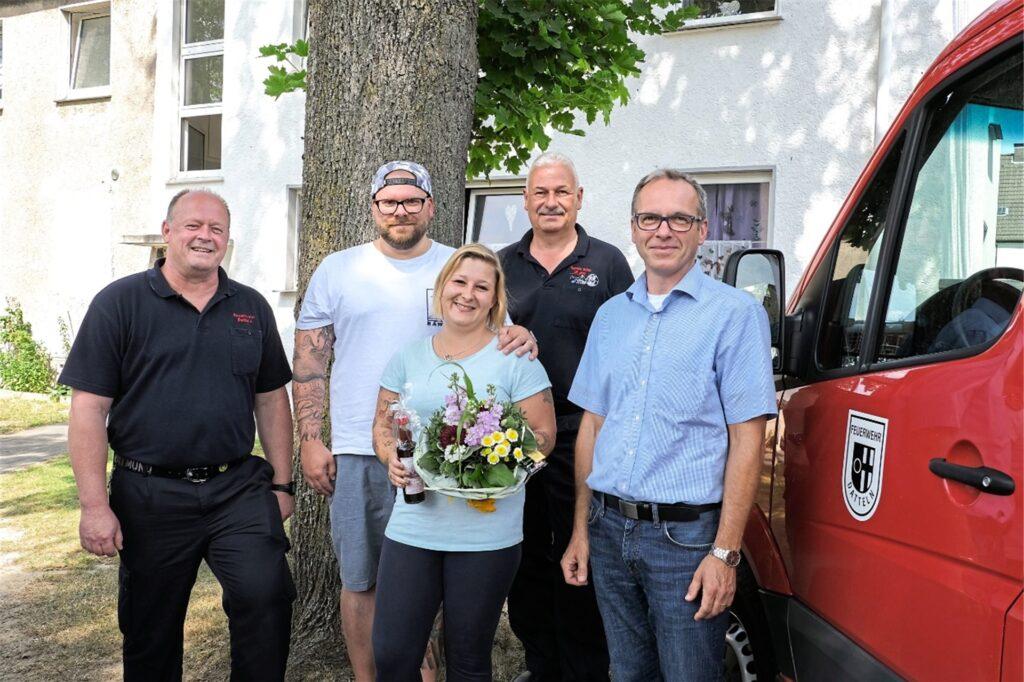 Für ihr umsichtiges und schnelles Handeln dankten Janine Giese seinerzeit auch Christian Wojtys (l.) und Theo Berkel (2.v.r) von der Feuerwehr in Begleitung von Bürgermeister André Dora. Mit im Bild Ehemann Philipp-Christian.