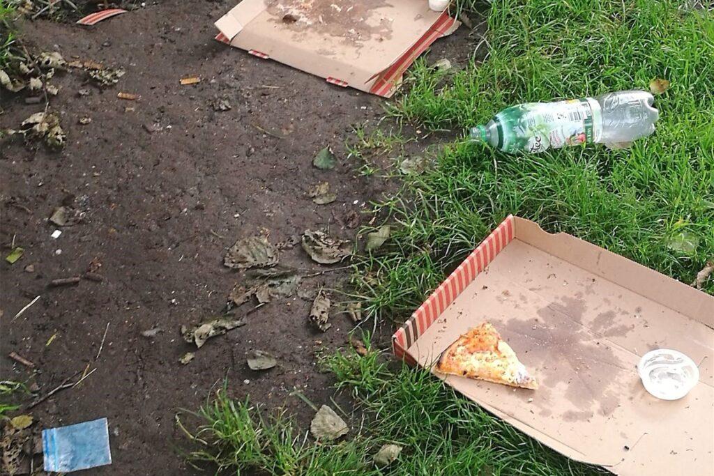 Leere Pizza-Kartons, Flaschen und Plastiktütchen, die mutmaßlich Drogen enthielten: All das liegt laut der Anwohner regelmäßig auf dem Spielplatz herum.