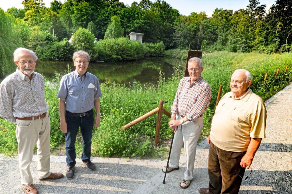 Die Dorfarchivare Dieter Brune, Wolfgang Wellnitz, Hans Kuchinke und Siegfried Eggenstein (v. li) stehen vor der Schlossgräfte. Hinter der Uferkurve in der Mitte hat früher einmal die Hauptburg gestanden.
