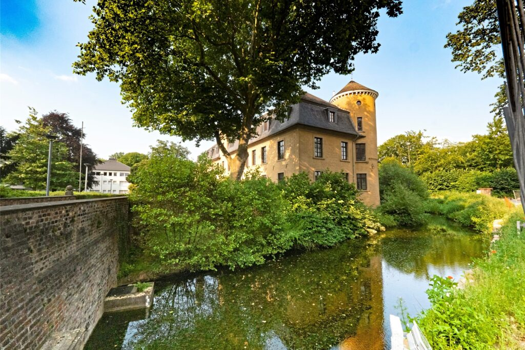 Das Schloss Horneburg heutzutage: Vom ehemaligen Adelssitz ist nur der Ostflügel der Vorburg übergeblieben.