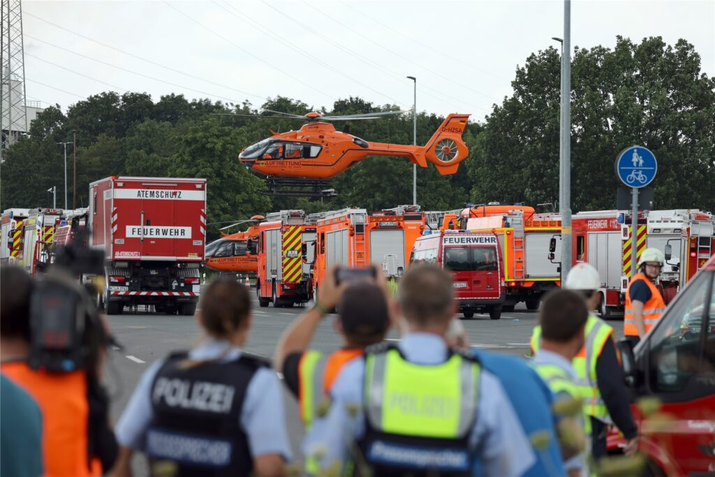 Ein Rettungshubschrauber startet nahe des Chempark.