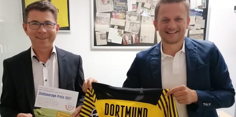Ralf Jorzik, Vorstandsmitglied der Bürgerstiftung (l.) und Frank Spotke von der Allianzversicherung Datteln präsentieren das Trikot.© privat