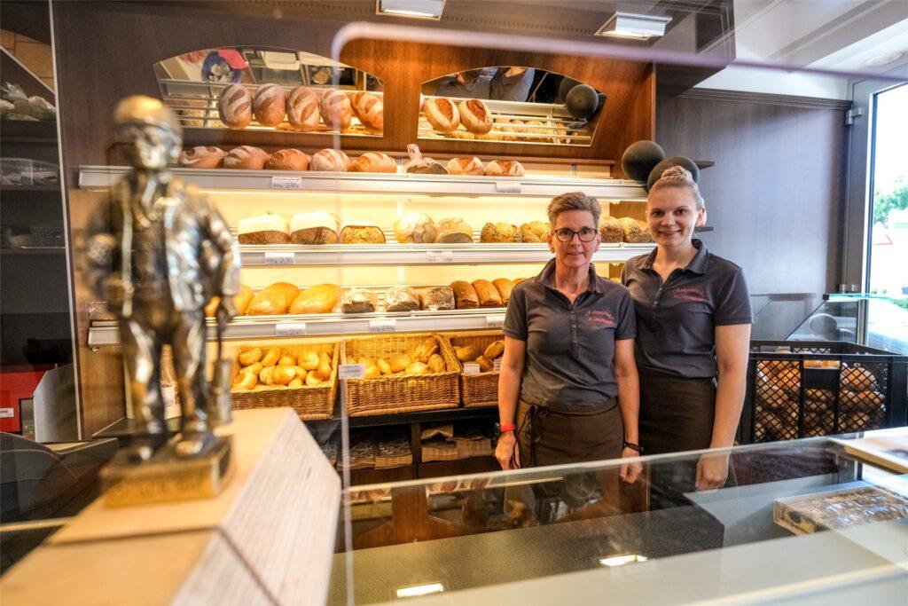 Die Ruhrpott-Bäckerei, im Bild Lorena und Dagmar Meusener, verkauft ihre ist mithilfe des Landes-Sofort-Programms in den Leerstand in der Bahnhofstraße 85 in Westerholt eingezogen.